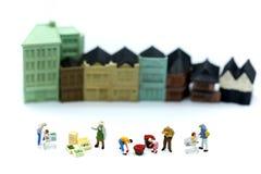 Gente miniatura: il mercato della gente con il giocattolo alloggia il fondo, Bu Fotografia Stock Libera da Diritti