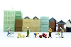 Gente miniatura: il mercato della gente con il giocattolo alloggia il fondo, Bu Fotografie Stock