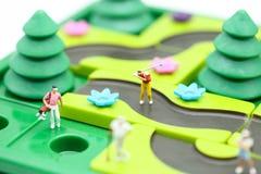 Gente miniatura: il supporto del giocatore di golf con il ` s dei bambini gioca la raccolta, Fotografie Stock Libere da Diritti