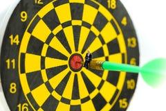 Gente miniatura: l'uomo d'affari sulla freccia del dardo che colpisce nel centro del bersaglio, affare dell'obiettivo, raggiunge  fotografia stock libera da diritti