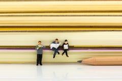 Gente miniatura: Libri di lettura dello studente Uso di immagine per istruzione, concetto di affari Immagine Stock