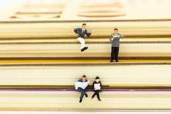 Gente miniatura: Libri di lettura dello studente Uso di immagine per istruzione, concetto di affari Immagini Stock Libere da Diritti