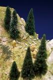 Gente miniatura: pastor joven que lee un libro y las ovejas que caminan alrededor de él en la hierba verde del césped Foto macra, Fotos de archivo libres de regalías