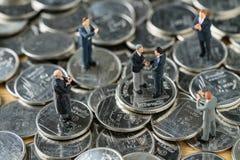 Gente miniatura: Piccola figura handshake ed altro degli uomini d'affari Fotografia Stock Libera da Diritti