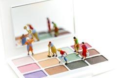 Gente miniatura: Pulizia della casalinga o della domestica sui prodotti di bellezza immagini stock libere da diritti