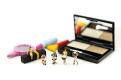 Gente miniatura: Pulizia della casalinga o della domestica sui prodotti di bellezza fotografie stock libere da diritti