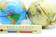 Gente miniatura: Riscaldamento globale con il termometro di meteorologia, S fotografia stock