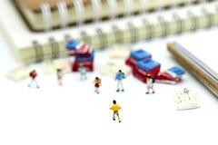 Gente miniatura: supporto con il libro, concetto dei bambini di istruzione Immagine Stock Libera da Diritti