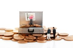 Gente miniatura: Uomo d'affari Writing un business plan su un bordo fotografia stock libera da diritti