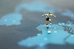 Gente miniatura: Uomo del calciatore, campionato del mondo di calcio Fotografie Stock
