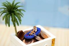 Gente miniatura: Viaggiatori con il cofano o del tesoro del crogiolo di pagaia Fotografia Stock Libera da Diritti