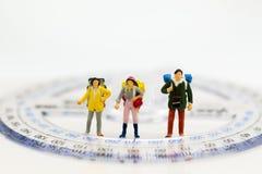 Gente miniatura: Viajeros del grupo que se colocan con la regla coordinada Uso de la imagen para el concepto del negocio del viaj Fotos de archivo libres de regalías