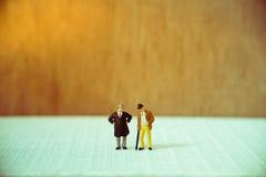 Gente miniatura, viejo hombre de negocios de los pares Imagen de archivo libre de regalías