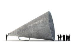 Gente minuscola che per mezzo di un megafono dell'annata Fotografie Stock Libere da Diritti