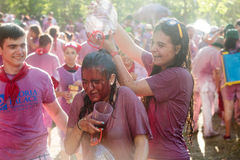 Gente mojada feliz durante Batalla del vino en Haro Imágenes de archivo libres de regalías