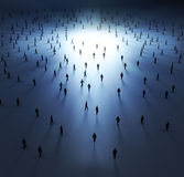 Gente molto piccola che cammina nell'indicatore luminoso Fotografia Stock Libera da Diritti