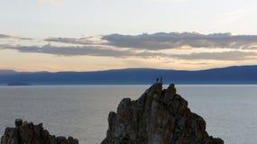 Gente, montaña, puesta del sol, mar Imagen de archivo libre de regalías