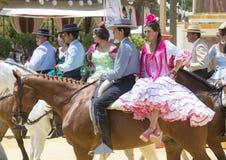 Gente montada en caballo en feria imagen de archivo