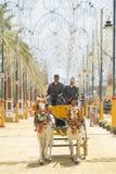 Gente montada en un caballo de carro foto de archivo libre de regalías