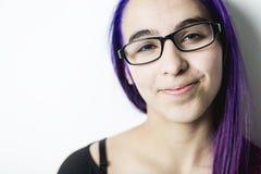 Gente, mujer joven feliz del concepto del estilo y de la moda o muchacha adolescente en ropa casual Imagen de archivo