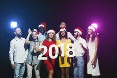 Gente multiétnica joven con los números de madera 2018 Fotos de archivo