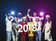 Gente multiétnica joven con los números de madera 2018 Fotografía de archivo