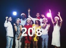 Gente multiétnica joven con los números de madera 2018 Imagenes de archivo