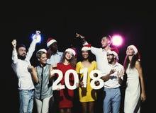 Gente multiétnica joven con los números de madera 2018 Foto de archivo