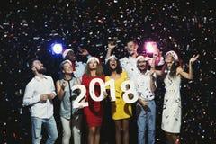 Gente multiétnica joven con los números de madera 2018 Fotos de archivo libres de regalías