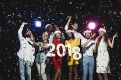 Gente multiétnica joven con los números de madera 2018 Fotografía de archivo libre de regalías