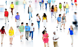 Gente multiétnica que camina y que habla aislada en blanco Fotos de archivo libres de regalías