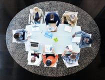 Gente multiétnica que se encuentra en la mesa de reuniones Fotos de archivo libres de regalías