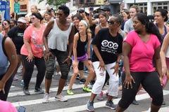 gente Multi-etnica che fa forma fisica di zumba a New York fotografie stock