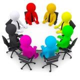 Gente multicolora que se sienta en una mesa redonda Imagen de archivo