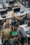 gente multicultural que juega en fútbol de la tabla imagen de archivo libre de regalías