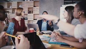 Gente multietnica felice che collabora all'ufficio Giovane confrontare le idee sorridente dei soci commerciali, creante le nuove  video d archivio