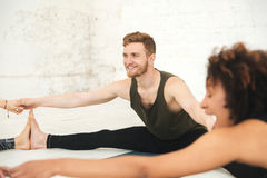 Gente multietnica felice nell'allungamento dello studio di yoga Fotografie Stock