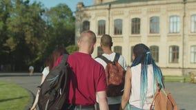 Gente multinacional joven que va a la universidad almacen de video