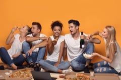Gente multirazziale divertendosi, mangiando pizza Fotografia Stock