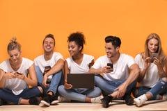 Gente multirracial que mira los teléfonos móviles Imagenes de archivo