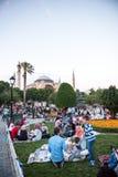 Gente musulmana che è aspettare di digiuno il ezan adhan Fotografia Stock
