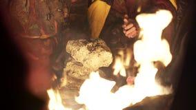 Gente nómada que toma el sol en el fuego el noche almacen de video