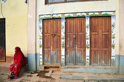 Gente nepalese della donna che si siede alla parte anteriore della casa Immagini Stock Libere da Diritti