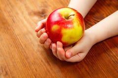 Gente, niños, consumición sana, ecología y concepto de la comida - ho Foto de archivo