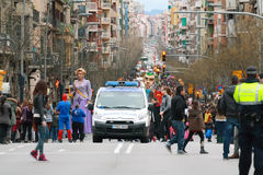 Gente no identificada en el medio de la calle de Sants en desfile de carnaval Fotos de archivo