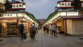 Gente no identificada en el mercado por la tarde, Tokio, Japón del templo de Asakusa Sensoji Kannon fotografía de archivo