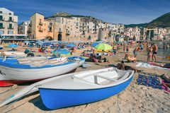 Gente no identificada en la playa arenosa en Cefalu, Sicilia, Italia Fotos de archivo libres de regalías