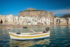 Gente no identificada en la playa arenosa en Cefalu, Sicilia, Italia Imágenes de archivo libres de regalías