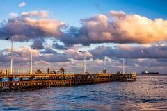 Gente no identificada que camina el embarcadero en un día de invierno Limassol, Imágenes de archivo libres de regalías
