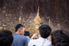Gente no identificada que viaja para adorar la huella de Buda Fotografía de archivo